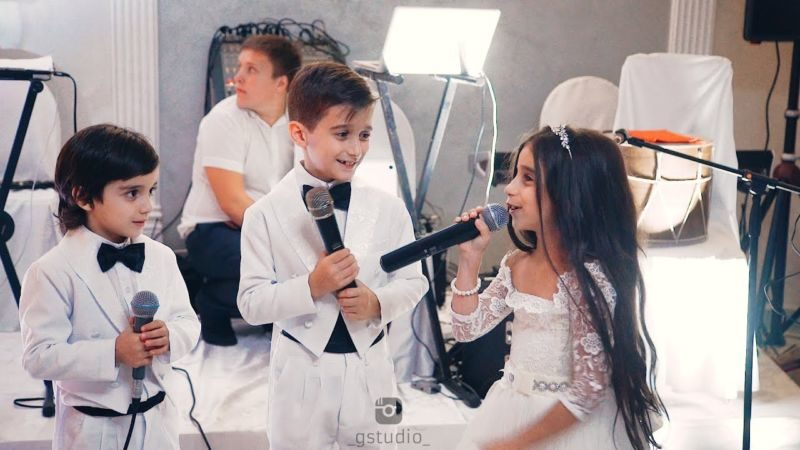 Вы только посмотрите на этот трогательный сюрприз. Младший брат с сестрой поздравлют невесту-сестру