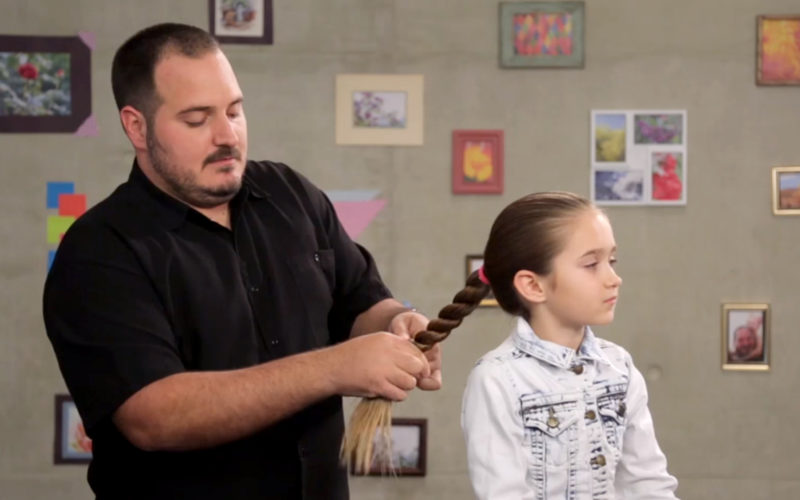Отец-одиночка стал мастером по созданию причесок, тренируясь на волосах свеой дочери. Теперь учит этому и других отцов