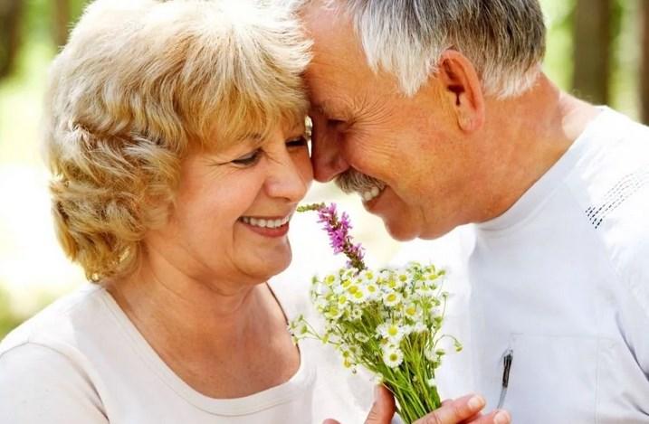 После смерти отца моя мама вышла замуж. Ей 60. Не знаю, как с ней общаться после этого?