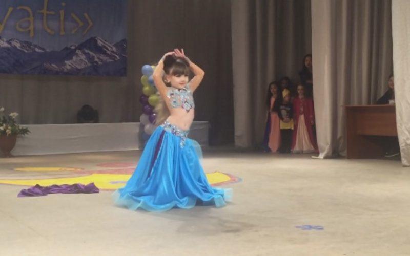 Красивый восточный танец в исполнении маленькой девочки! Вы только посмотрите на это