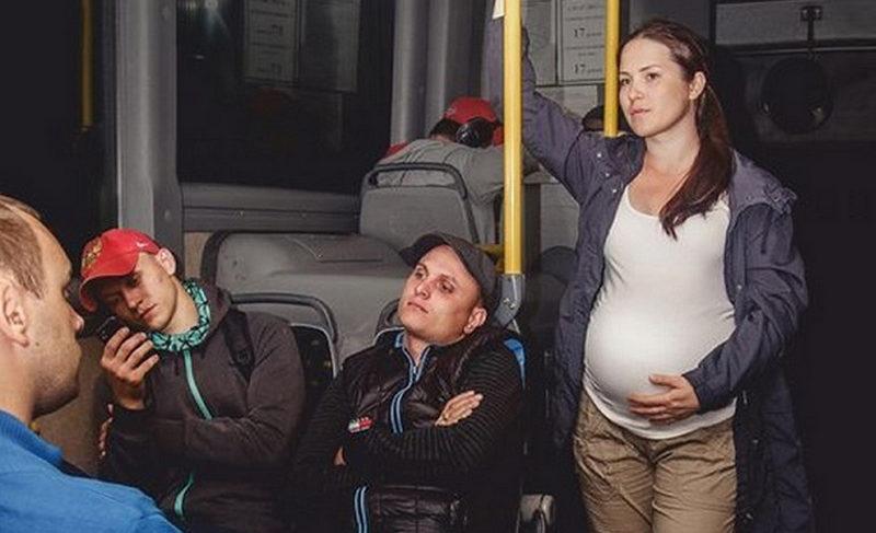 Беременную женщину никто так и не уступил место в метро