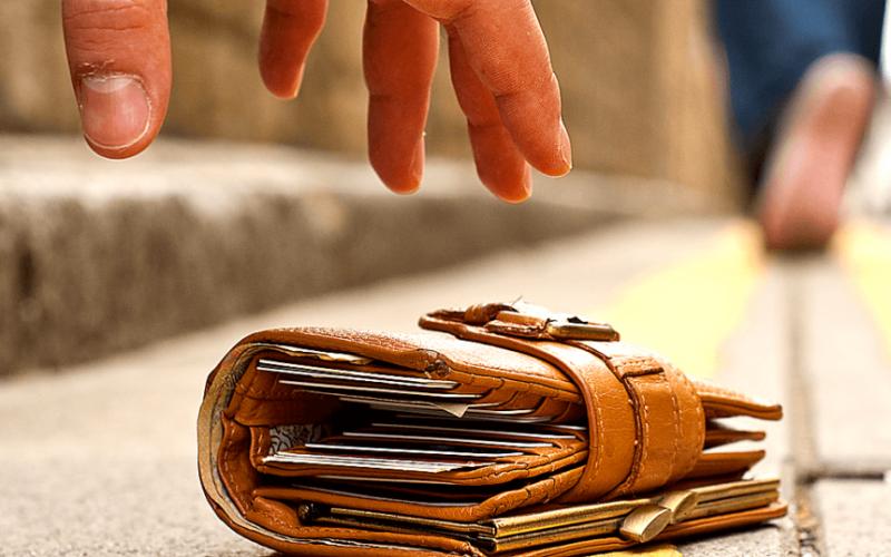 Вернул найденный кошелек и получил «вознаграждение» от владелицы