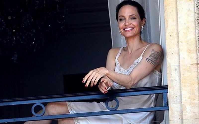 Воздушный поцелуй из Парижа — А. Джоли вернулась в строй
