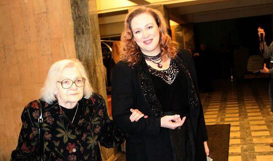49-летняя актриса Юлия Ауг в театре с любимой мамой. Новое фото