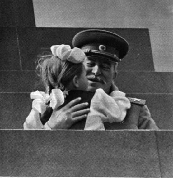 Как сегодня живет и выглядит девочка, которая поцеловала Сталина в 1952 году
