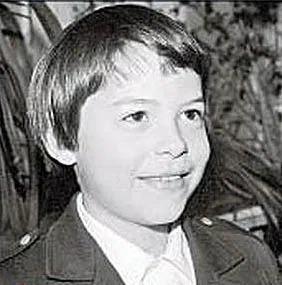 Мальчик на фото родился в известной семье и прогуливал уроки. Сегодня он известный режиссер и кумир женщин