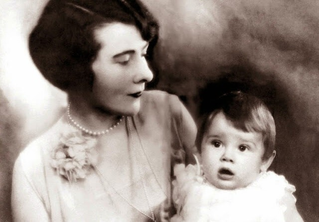 «Трудное детство, путь к успеху и семья»: 10 редких снимков Одри Хепберн