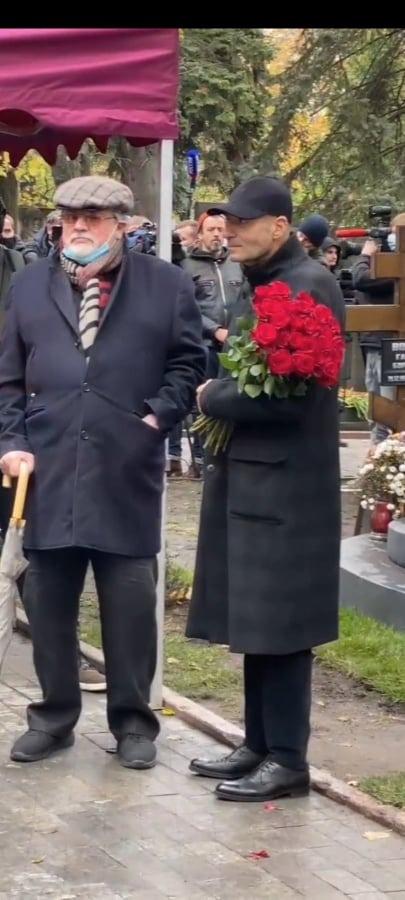 «Сутулый старик?»: фанаты обеспокоены новыми снимками 66-летнего Крутого