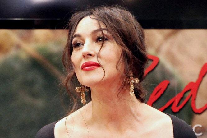 «Прекрасна как всегда»: Моника Беллуччи соблазнительно оголила плечи в «платье-букете»