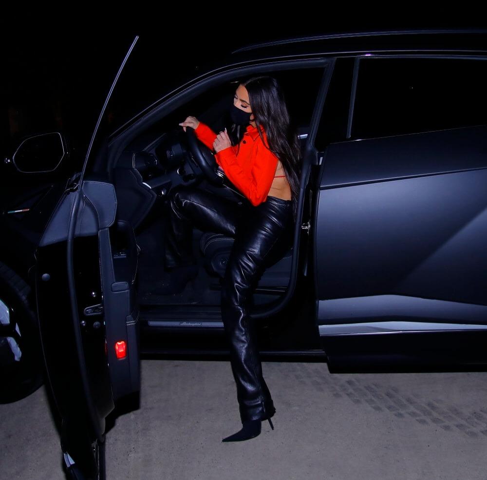 «Почти ничего не закрывает»: Ким Кардашьян появилась в пикантном красном наряде