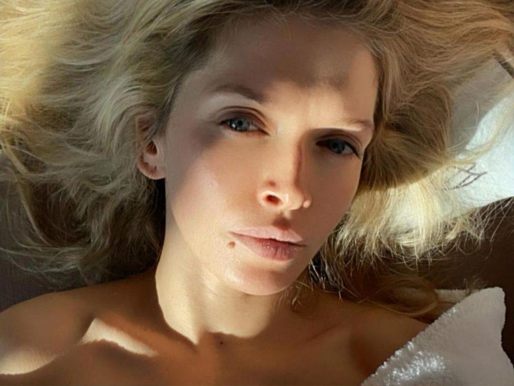 «Соблазнительная леди»: Ходченкова сфотографировалась без ничего, завернувшись в одно лишь одеяло по пояс