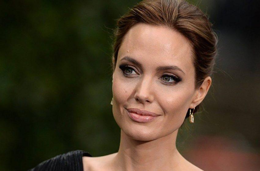«Королева в жёлтом»: Джоли восхитила поклонников полупрозрачным нарядом на своё 46-летие