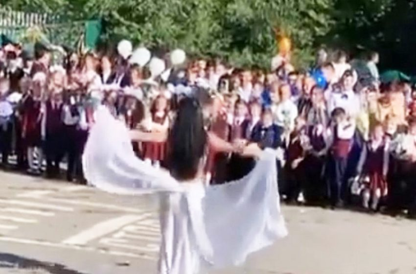 «А почему не стриптиз?»: российским школьникам на линейке показали танец живота